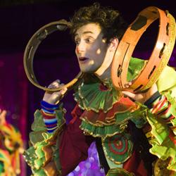 """Московский театр  """"Кураж """".  Продвигаясь к своей цели, они обучают юных...  Два жизнерадостных клоуна пытаются найти..."""